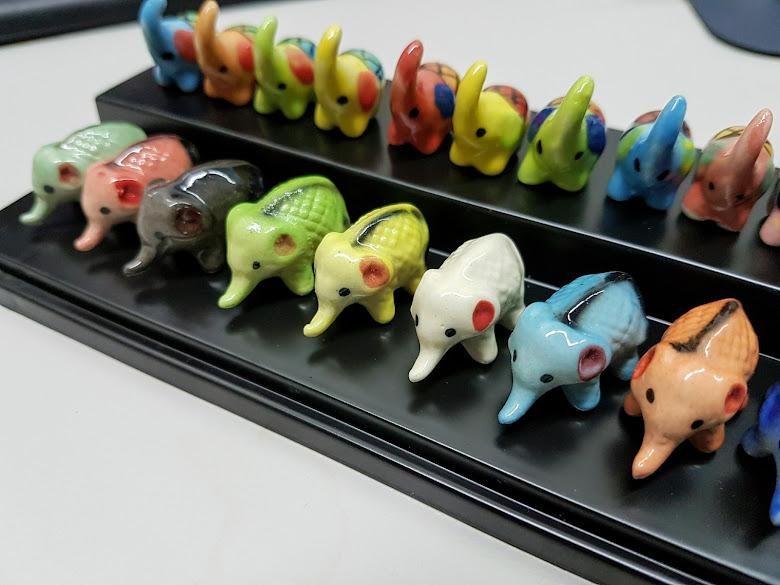 在市集內挑選的大象陶瓷飾品