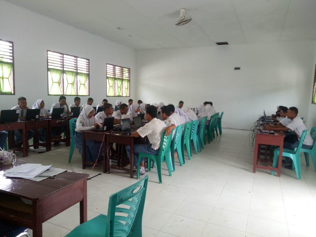 Sejumlah siswa SMKN1 Sosa terlihat serius mengikuti kegiatan simulasi UNBK untuk menghadapi pelaksanaan UNBK.