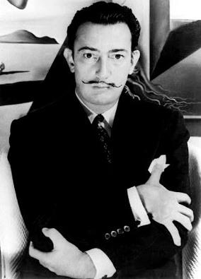 Foto de Salvador Dalí abrazándose asi mismo