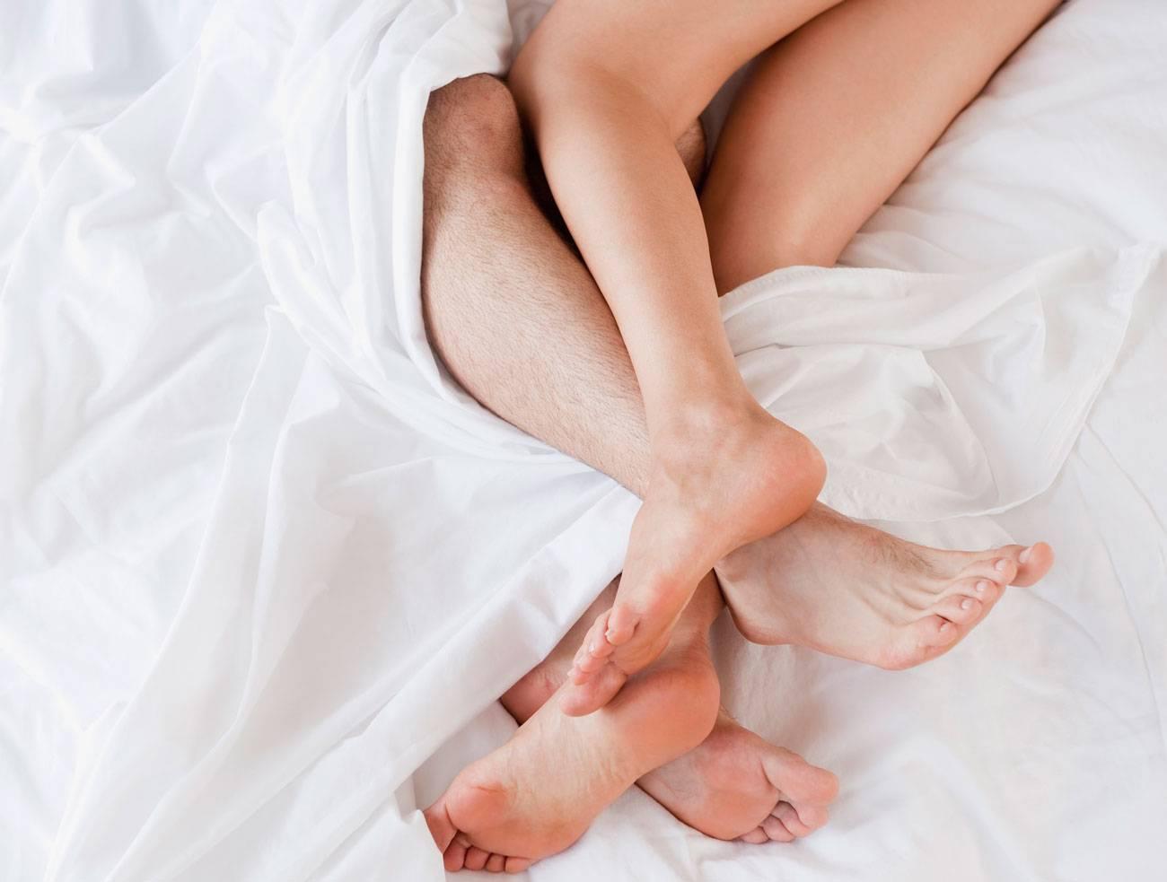 Simplesmente dormir nu tem uma série de benefícios para a saúde, incluindo melhor sono, humor equilibrado, melhor vida sexual, perda de peso e saúde sexual para homens e mulheres.