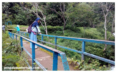 Berjalan kaki menyusuri Kawasan wisata Curug Tilu Leuwi Opat, Cimahi