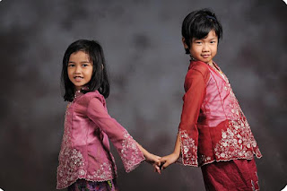 Gambar Contoh Kebaya Anak Kakak Adik Hari Kartini Ungu