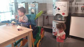 Двете деца слушаха майка си по време на обиколката в ИКЕА и си заслужиха сладка награда - замразено кисело мляко на изхода.