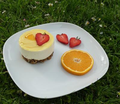 Portionstörtchen mit Schmandcreme und Fruit Curd auf Haferflocken-Crunch-Boden
