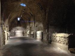disposizione ai lati dei sarcofagi antichi riusati nel Medioevo