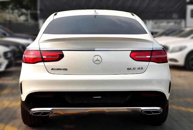 Đuôi xe Mercedes AMG GLE 43 4MATIC Coupe 2017 thiết kế lôi cuốn với các đường cong mềm mại