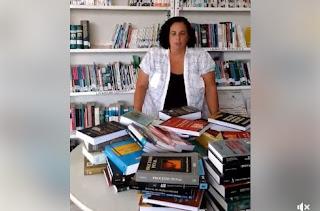 Advogada paraibana doa seus livros de direito em manifesto contra o estado de exceção implantado no Brasil. Confira!