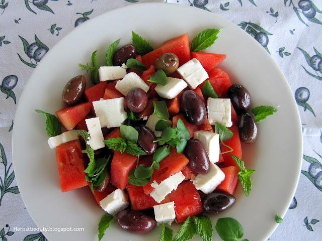 Wassermelonensalat mit Feta und schwarzen Oliven