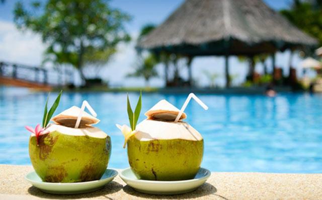 Air kelapa muda, minuman pelepas dahaga. Ya, semua pasti setuju ungkapan ini. Namun tahukah anda, dibalik manfaat pelepas dahaga, air kelapa muda juga memiliki keistimewaan yang sangat bermanfaat bagi tubuh manusia.