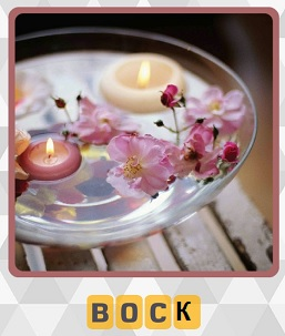 в чаше плавают восковые свечи и положены лепестки розы