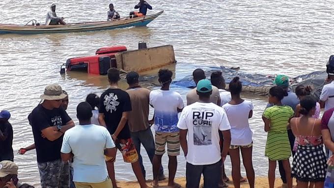 Caminhão cai no Rio São Francisco durante travessia de balsa em Xique-Xique