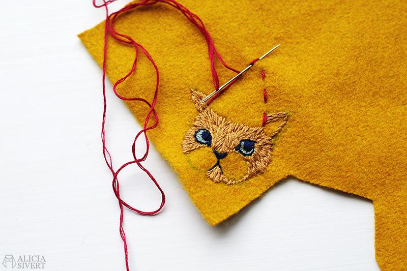aliciasivert alicia sivert sivertsson broderi broderier embroidery hand needlework fritt skapa skapande kreativitet konst textil textilkonst schattérsöm broderad brosch embroidered brooch christmas cat julkatt jul katt tomteluva lussekatt