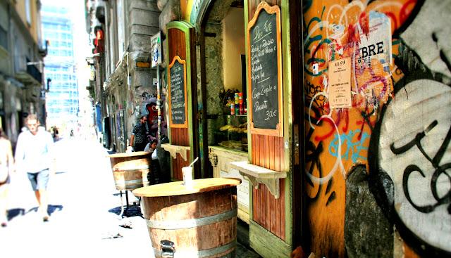 turisti, gente, vie centrali, spaccanapoli, Napoli, botti, ristoranti