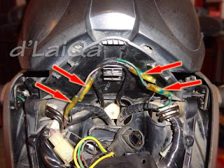 lepas konektor kabel lampu sein depan