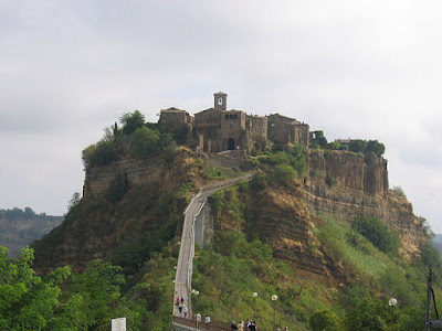"""Civita di Bagnoregio"" di rdesai - Flickr.com - image description page. Con licenza CC BY 2.0 tramite Wikimedia Commons - https://commons.wikimedia.org/wiki/File:Civita_di_Bagnoregio.jpg#/media/File:Civita_di_Bagnoregio.jpg"