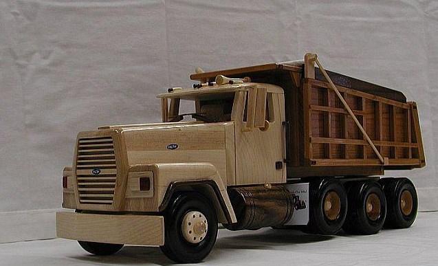 miniatur truk dari kayu klasik