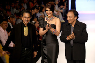 Stills: Sonali Bendre walks the ramp for Anand Shah at IIJW 2012