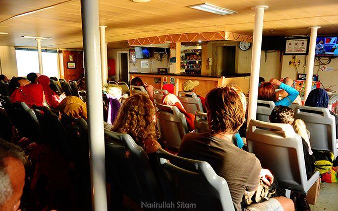 Kursi-kursi kapal Siginjai penuh oleh penumpang