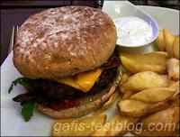 Wagyū-Burger mit Kartoffelecken und Sourecreamdipp