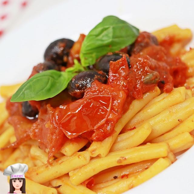Pasta con i peperoni, olive e capperi