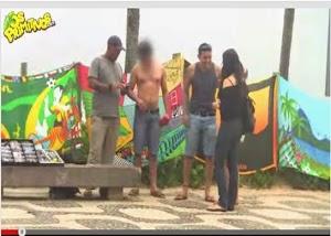 Mulheres param homens na rua chamando pra uma suruba