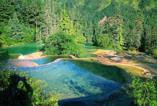 As incríveis piscinas de Huanglong – China