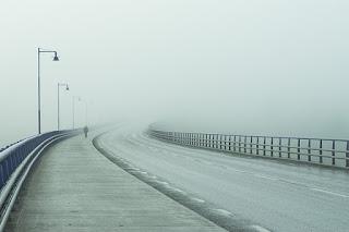 吹雪の中の道