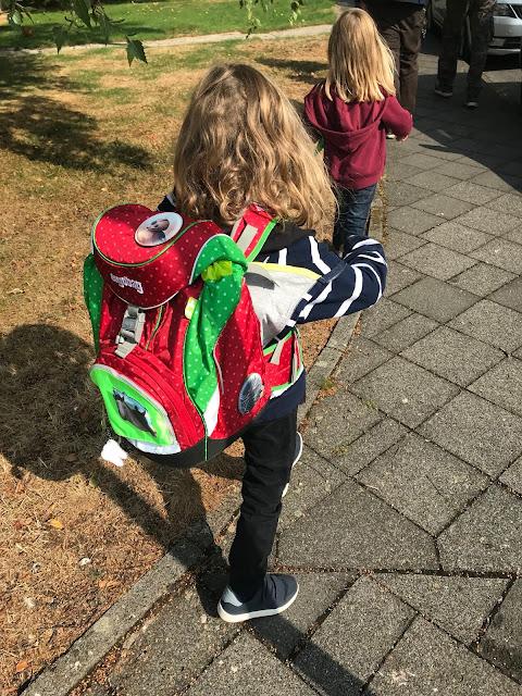 Einschulung - Auf dem Weg zur Schule