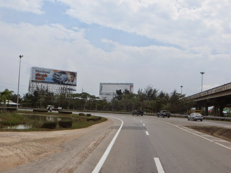 Тайская реклама на дороге