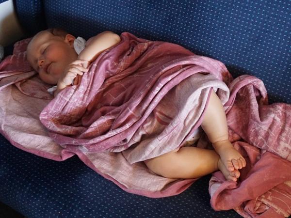 Hania śpi w pociągu - chusta lenny lambu zaczarowana symfonia