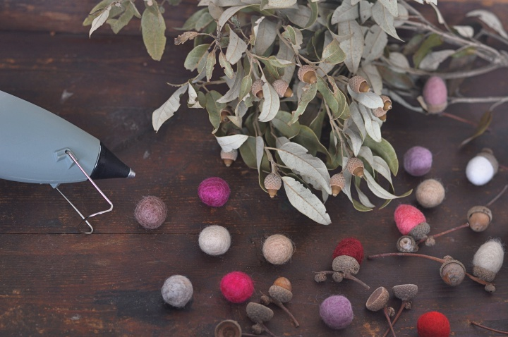 easy-peasy DIY Felt Acorns to brighten up your fall decoration
