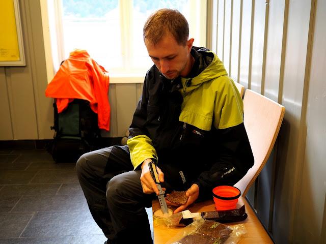 Otta, snídaně, vlakové nádraží, májka, Norsko