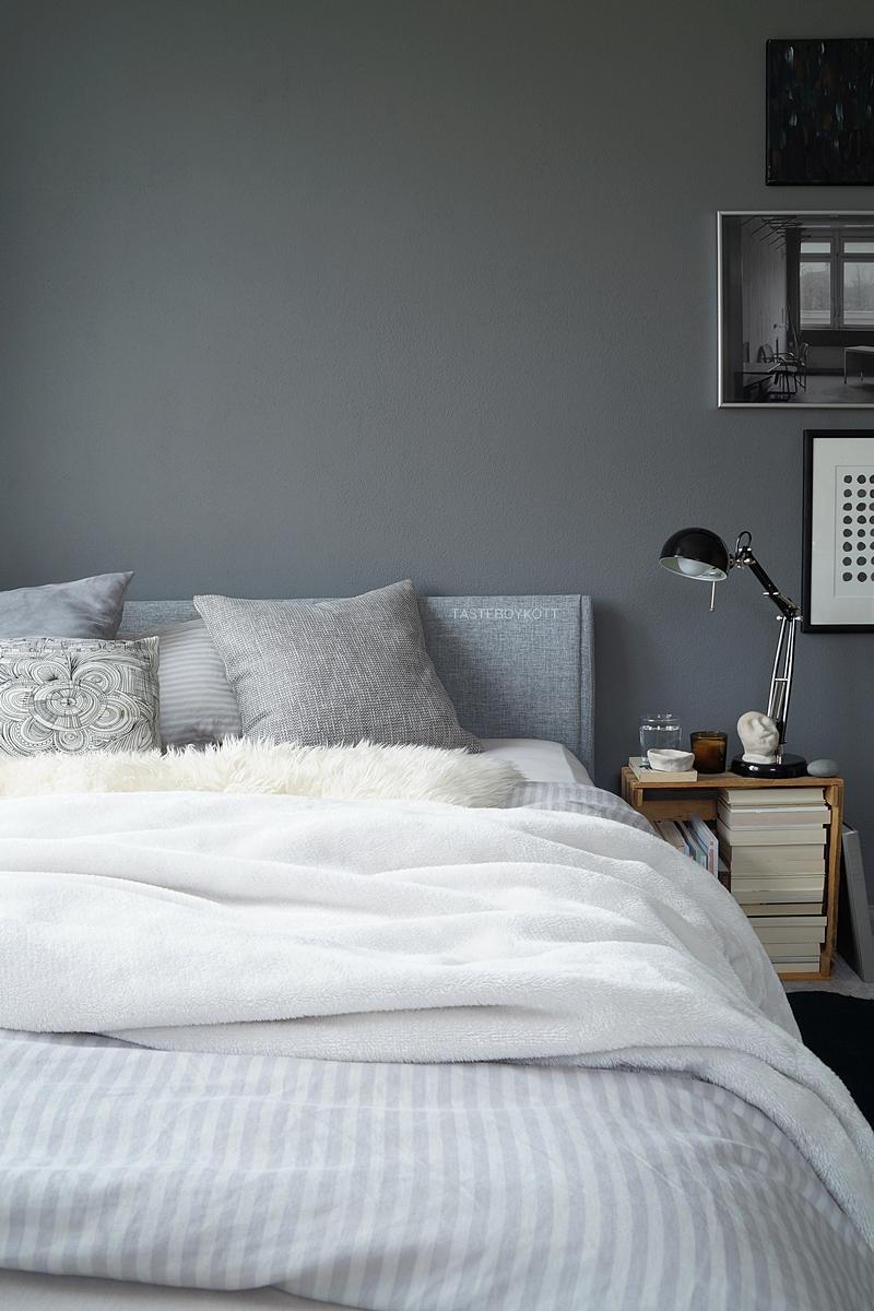 Schlafzimmer im Herbst einrichten und dekorieren in Grautönen und Weiß, mit vielen Wohntextilien für eine gemütliche Atmosphäre und Weinkiste als Nachttisch