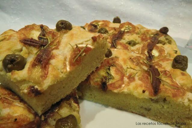 receta-de-focaccia-de-anchoas-aceitunas-y-queso-rulo