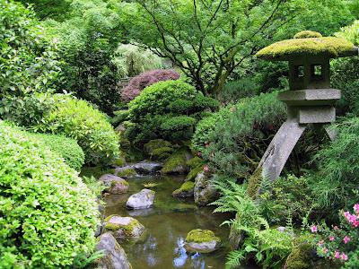 Deruan Air Terjun Mengasyikkan Taman Bunga