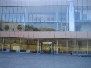 近代的で開放的な全面ガラス張り