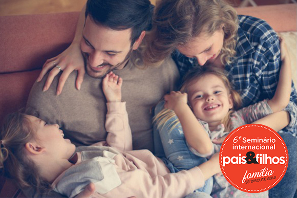 Banner do 6º Seminário Internacional Pais&Filhos, com imagem de família se divertindo.