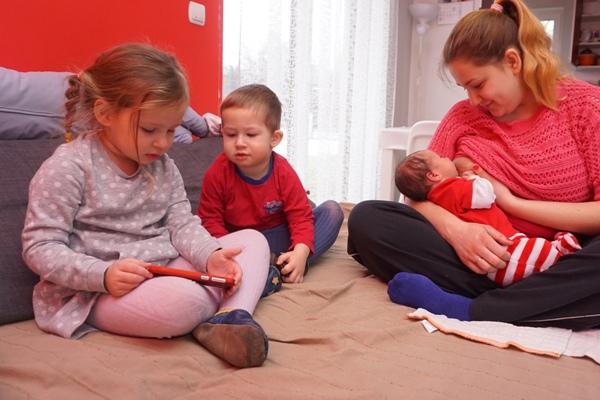 dzieci, rodzeństwo wspólne czytanie, karmienie piersią