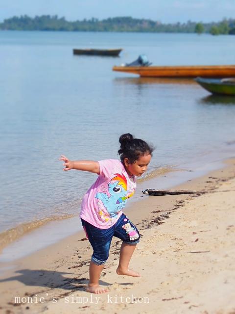 sophie main di pantai