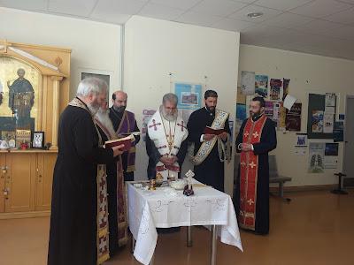Ο Μητροπολίτης και οι ιερείς κατά τη διάρκεια του ευχελαίου