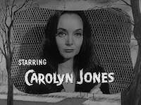 Créditos de la serie para Morticia Addams, interpretada por Carolyn Jones
