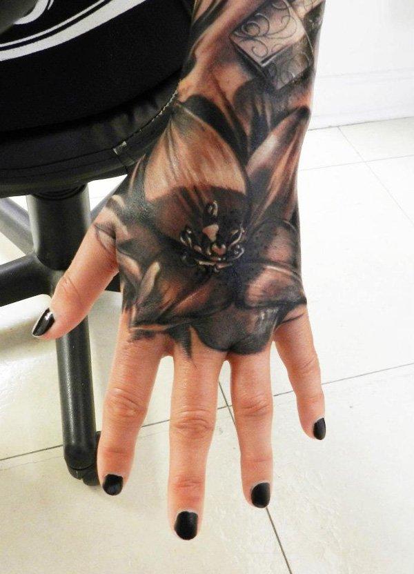 vemos un tatuaje en la mano