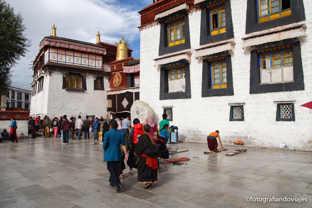 Jokhang Kora tibetanos postrandose