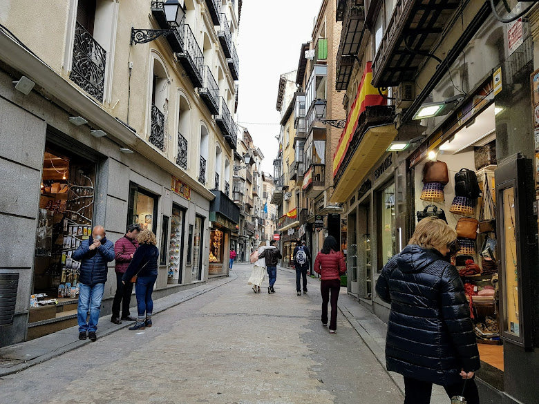 通往托雷多主廣場 (Plaza de Zocodover) 的貿易街 (Calle comercio)