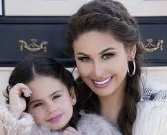 صورة للفنانة مي سليم مع ابنتها لي لي