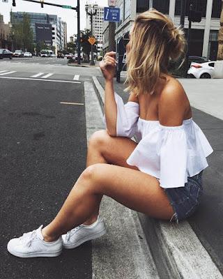 pose sentada en la calle
