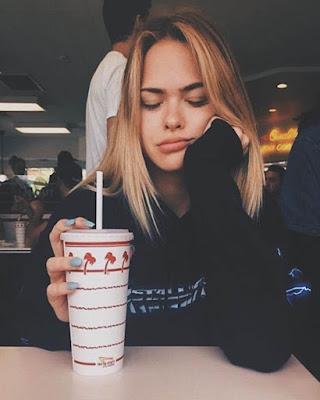 foto tumblr con bebida con ojos cerrados