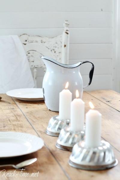 Gunakan cetakan kue untuk memajang lilin, bisa jadi hiasan sederhana di meja makan saat makan malam bersama keluarga atau tamu.