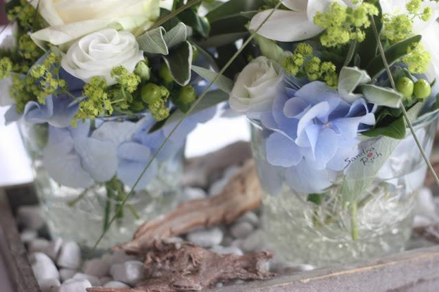 Blumenarrangements, Hochzeit in Bayern, edel-bayerisch, Himmelblau und Edelweiss, heiraten in Garmisch-Partenkirchen, Hochzeitslocation Riessersee Hotel, wedding destination abroad, Germany, Bavaria, blue and white