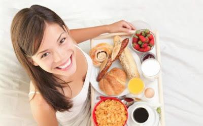 الفوائد الصحيّة لوجبة الفطور الصباحيّة ,بنت امرأة  فتاة تحمل صينية طاولة طعام افطار
